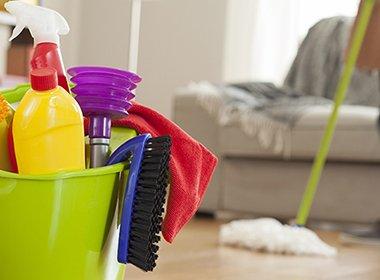 अपने लिविंग रूम को ठीक से कैसे साफ करें